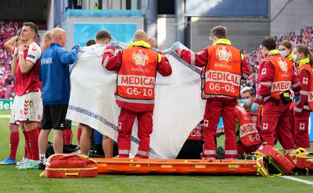 Đang thi đấu cuối hiệp 1 Euro 2020, tiền vệ Đan Mạch đột ngột bất tỉnh trên sân  - Ảnh 3.