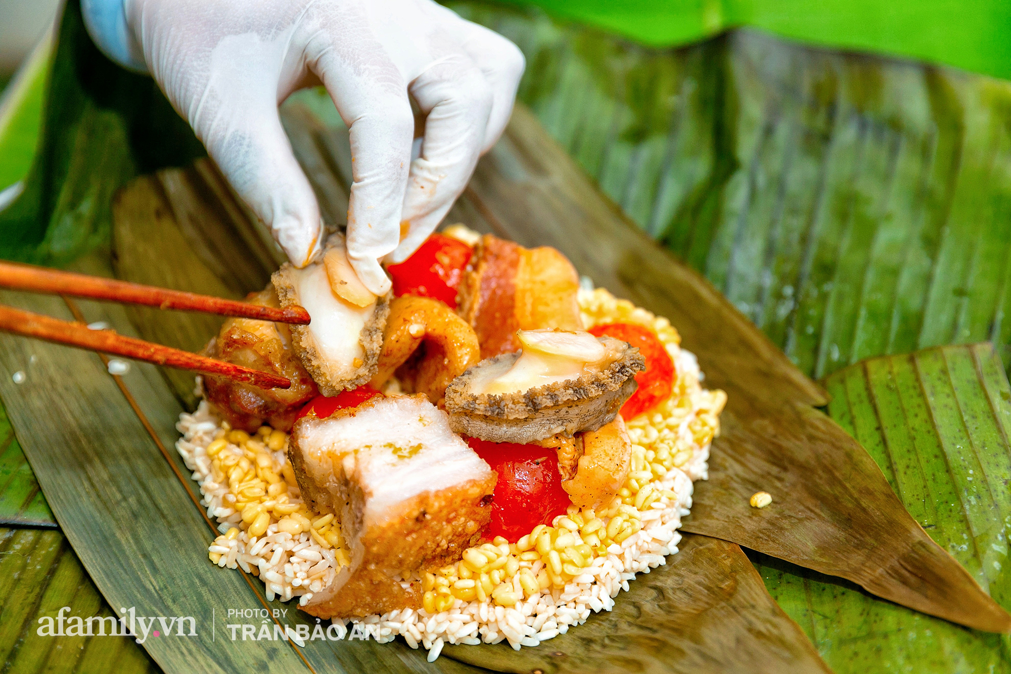 Tết Đoan Ngọ tại lò bánh Bá Trạng lâu đời nhất Sài Gòn, một cặp bánh có giá lên tới 1 triệu đồng với bào ngư, heo quay, sò điệp mà một năm chỉ được ăn duy nhất 1 lần! - Ảnh 8.