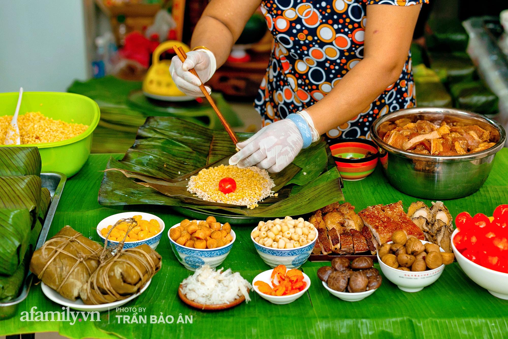 Tết Đoan Ngọ tại lò bánh Bá Trạng lâu đời nhất Sài Gòn, một cặp bánh có giá lên tới 1 triệu đồng với bào ngư, heo quay, sò điệp mà một năm chỉ được ăn duy nhất 1 lần! - Ảnh 1.