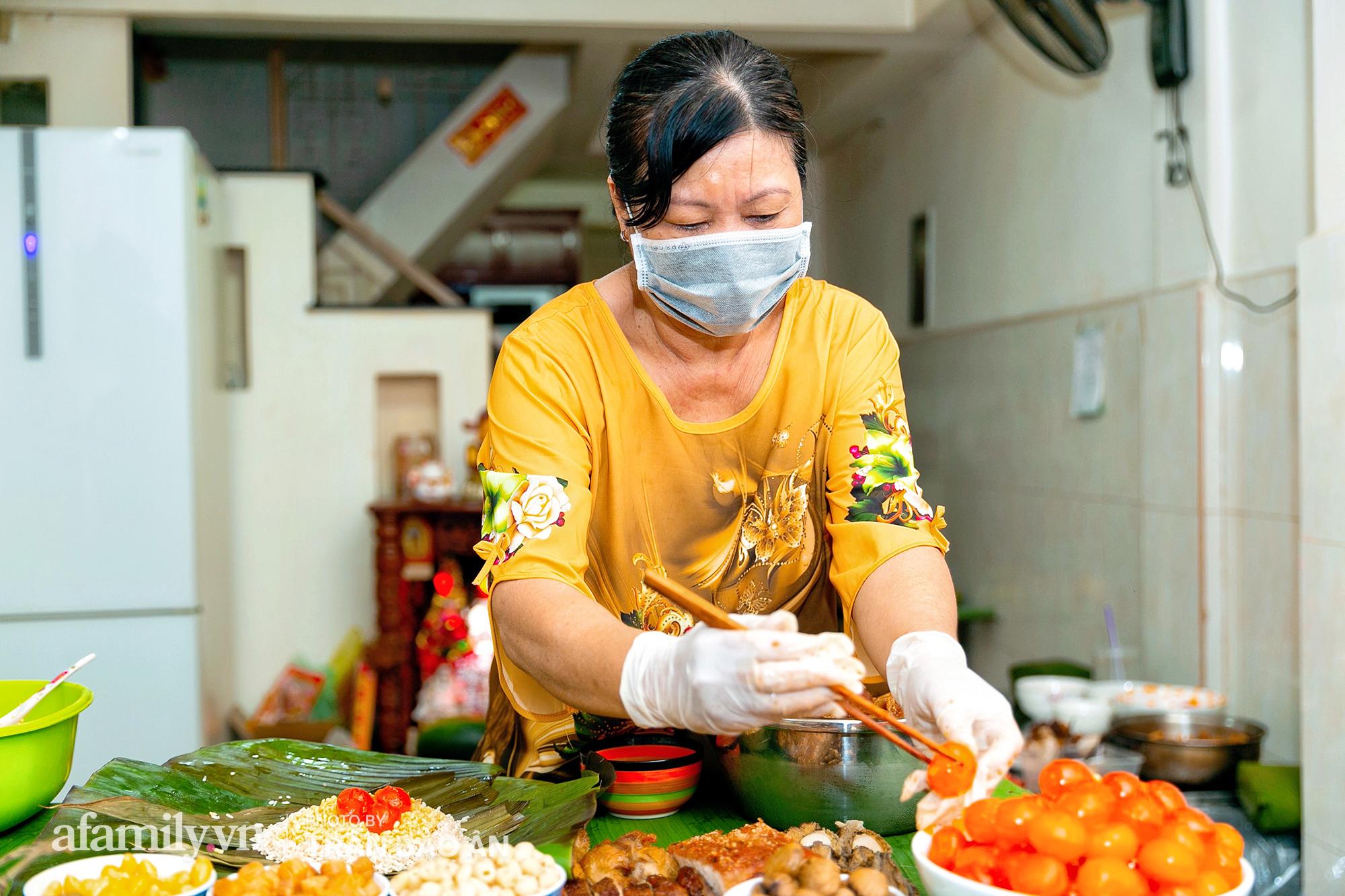 Tết Đoan Ngọ tại lò bánh Bá Trạng lâu đời nhất Sài Gòn, một cặp bánh có giá lên tới 1 triệu đồng với bào ngư, heo quay, sò điệp mà một năm chỉ được ăn duy nhất 1 lần! - Ảnh 5.