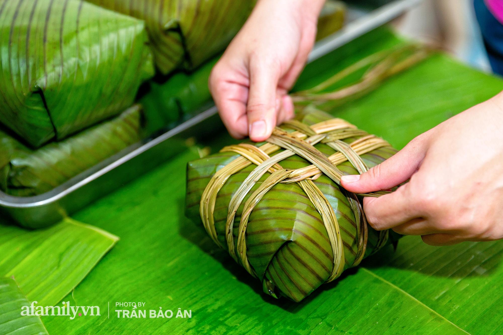 Tết Đoan Ngọ tại lò bánh Bá Trạng lâu đời nhất Sài Gòn, một cặp bánh có giá lên tới 1 triệu đồng với bào ngư, heo quay, sò điệp mà một năm chỉ được ăn duy nhất 1 lần! - Ảnh 11.