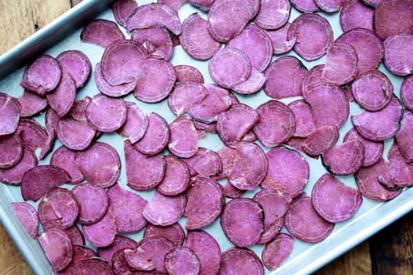 Giải cứu khoai lang tím xong thì làm ngay món snack giòn rụm này bằng nồi chiên không dầu các chị em nhé  - Ảnh 4.