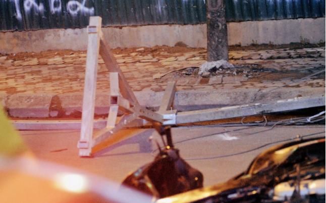 Thanh sắt rơi từ trên cao xuống, đâm thủng yên xe máy, hiện trường khiến tất cả sởn gai ốc - Ảnh 4.
