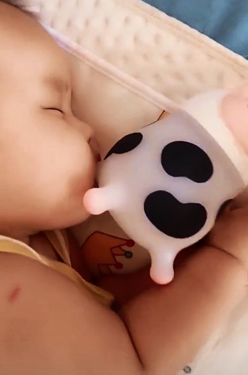 """Đoạn clip khiến team bỉm sữa bật ngửa: Chú bò cute nhìn qua tưởng đồ chơi bình dân hóa ra lại là bảo bối giá cao """"ngất ngưởng"""""""