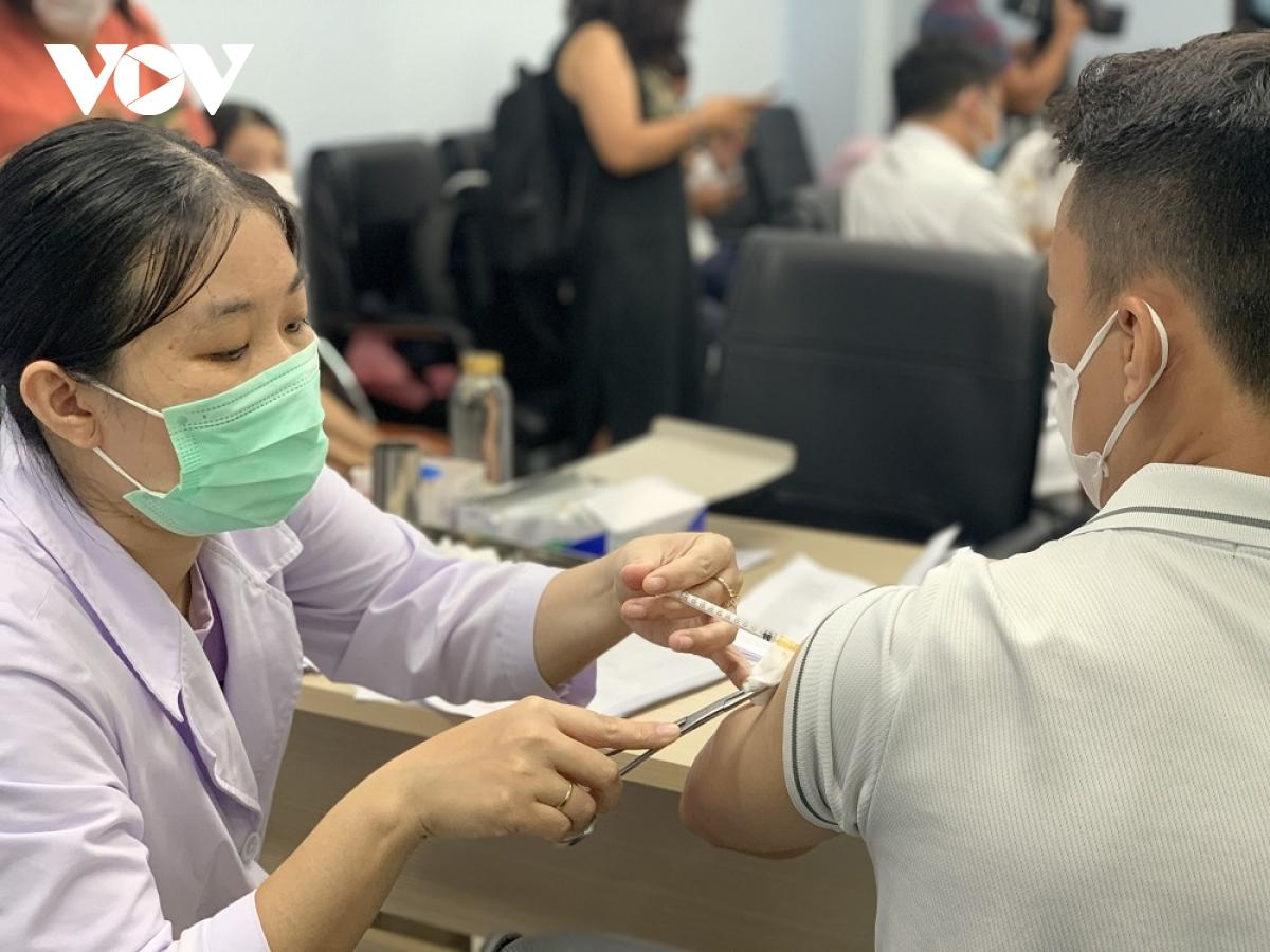 Hơn 2,3 triệu người ở TP.HCM trong nhóm ưu tiên tiêm vaccine phòng Covid-19 - Ảnh 1.