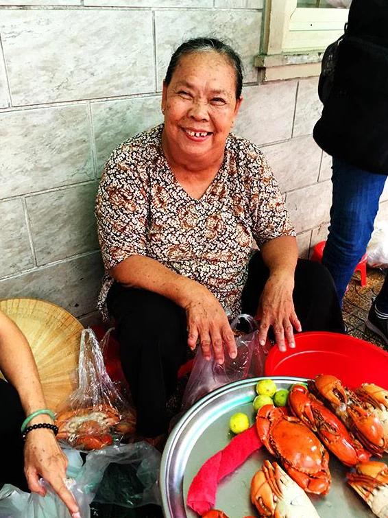 """Mâm cua hấp của dì Ba lại khiến dân mạng kinh ngạc khi đạt ngưỡng 1 triệu/1 kg cao hơn cả cua ở nhà hàng nổi tiếng Sài Gòn, dân mạng tranh cãi nảy lửa: """"Thà bỏ tiền ăn cua nhà hàng!""""   - Ảnh 1."""