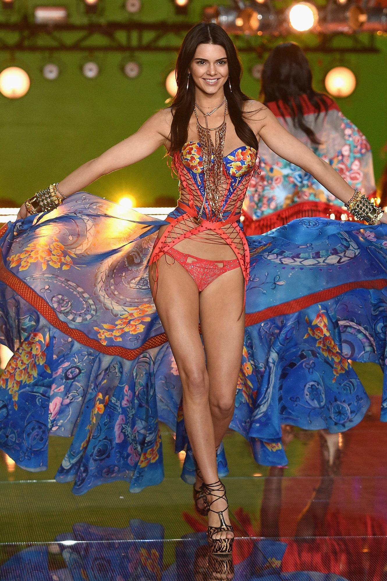 5 lí do đế chế nội y Victorias Secret sụp đổ: Buôn bán và tiếp thị tình dục, phân biệt phụ nữ, thiên vị chị em Gigi và Kendall? - Ảnh 10.