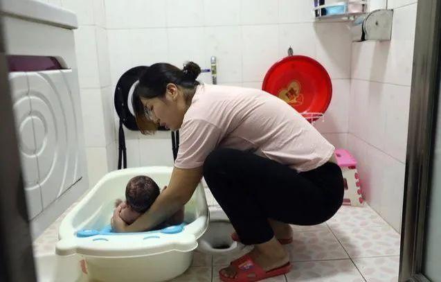 Thời tiết nóng đến mấy bố mẹ cũng không được hạ nhiệt cho trẻ theo cách này, sai lầm nào cũng có thể khiến trẻ mất mạng - Ảnh 2.