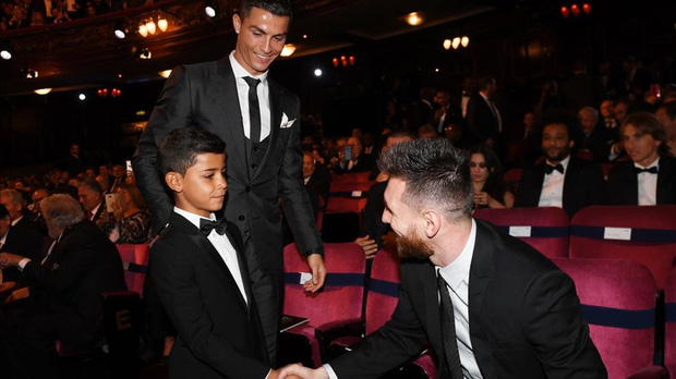 """Con trai Messi là fan cứng của Ronaldo, còn con trai Ronaldo lại thần tượng Messi: Bố nhà người ta bao giờ cũng """"cool ngầu"""" hơn bố mình? - Ảnh 3."""