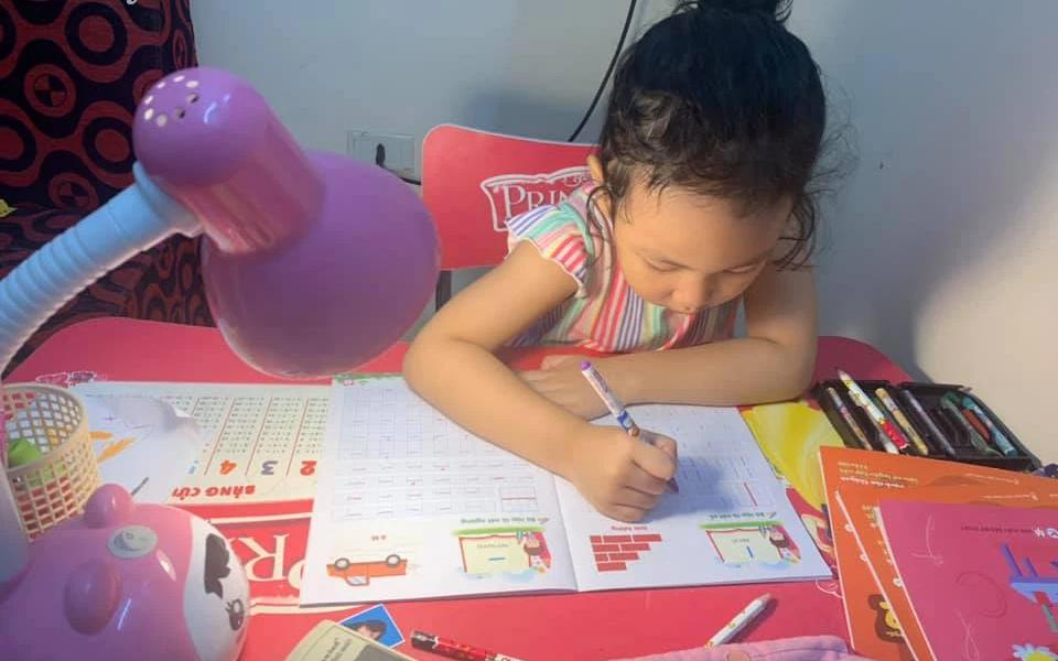 Con vào lớp 1 nên cho học chữ lúc nào: Cô giáo tiểu học ở Hà Nội trả lời chi tiết và chia sẻ loạt kinh nghiệm hay ho