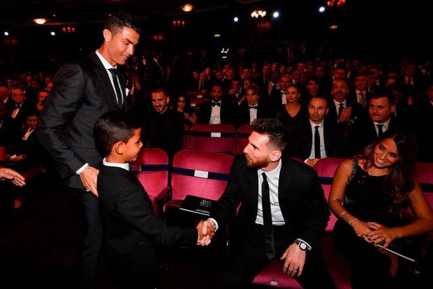 """Con trai Messi là fan cứng của Ronaldo, còn con trai Ronaldo lại thần tượng Messi: Bố nhà người ta bao giờ cũng """"cool ngầu"""" hơn bố mình? - Ảnh 2."""