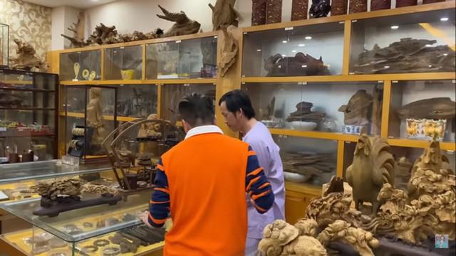 Sở hữu phòng trầm hương trị giá cả trăm tỷ đồng thế này nhưng NS Hoài Linh vẫn bị tố nợ tiền gỗ xây dựng Nhà thờ Tổ - Ảnh 4.