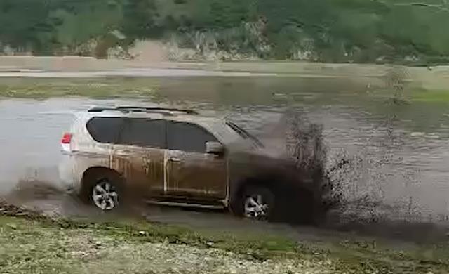 Lái xe địa hình vượt sông nhưng bị mắc kẹt trong bùn, vợ bất lực nhìn chồng chết ngay trước mắt, vụ việc gây phẫn nộ vì nguyên nhân cơ bản - Ảnh 1.