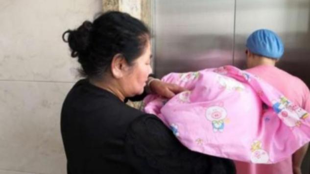 """Ông định bế cháu mới sinh thì bị bà gạt phắt nên nổi cáu đi về, 3 kiểu người này không nên """"đón tay"""" trẻ mới chào đời - Ảnh 1."""