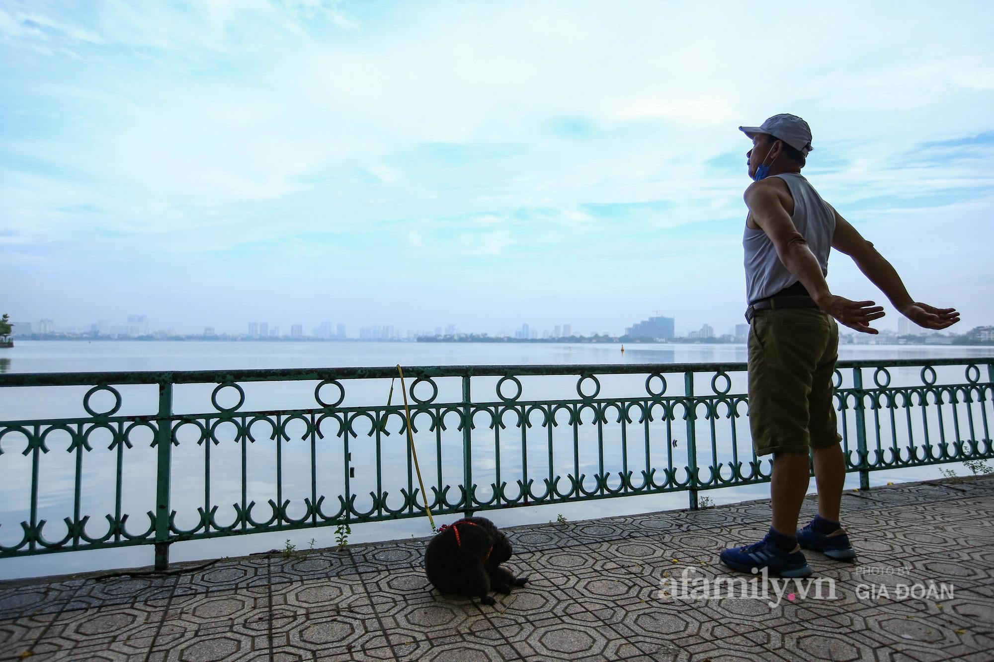 Người Hà Nội dậy từ sớm đi tập thể dục sau nhiều ngày phải thực hiện giãn cách - Ảnh 16.