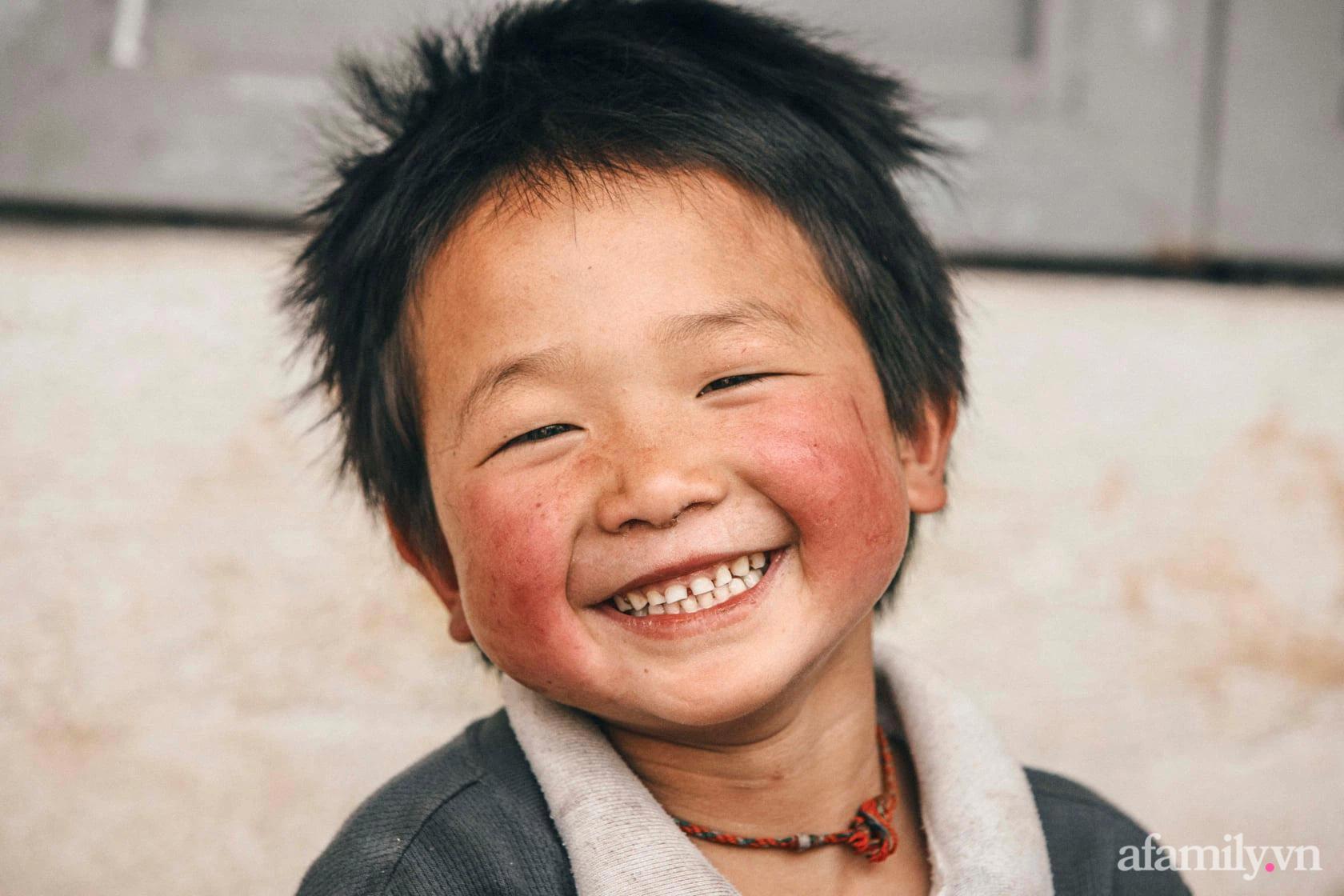 Chàng trai xứ Quảng bỏ học đại học rong ruổi vùng cao và hành trình đem gần 50.000 suất cơm có thịt níu chân trẻ tới trường - Ảnh 1.