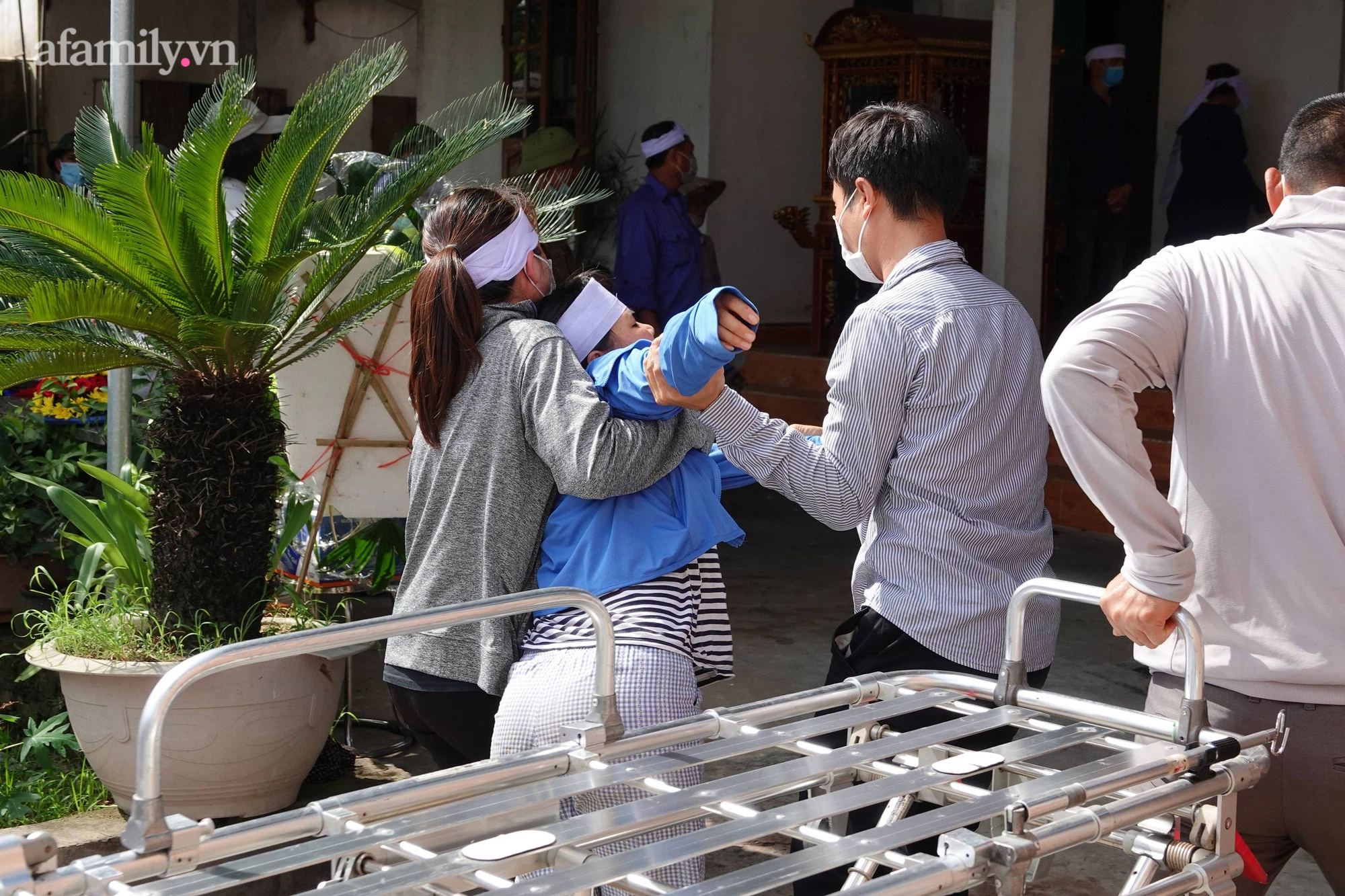 Công an tiết lộ bất ngờ khi gã con rể sát hại cả nhà vợ đi đầu thú vẫn thản nhiên chào hỏi, bắt tay công an viên - Ảnh 2.