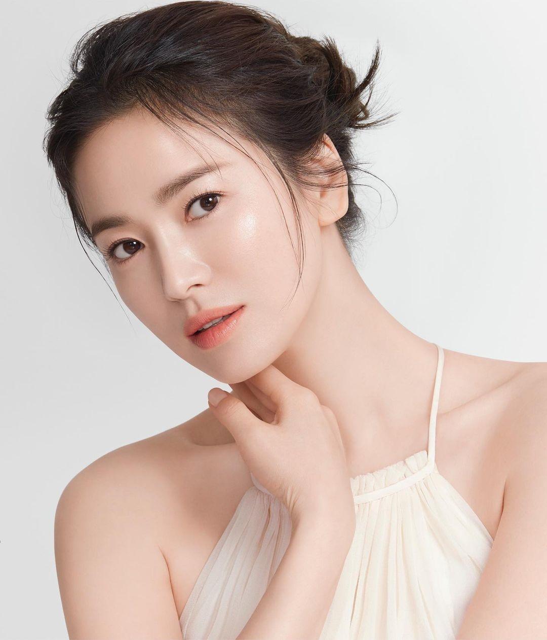 """Là cố tình bắt chước hay trùng hợp thì """"tiểu tam"""" Han So Hee còn chạy dài mới bằng Song Hye Kyo khi đụng hàng - Ảnh 2."""