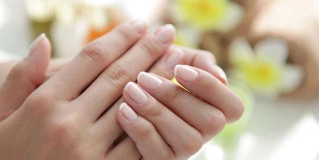 Sơn màu đỏ để che đi móng tay xấu xí, người phụ nữ không ngờ đó là dấu hiệu ung thư: Nếu có 3 biểu hiện này ở tay, bạn cần đi khám ngay - Ảnh 2.