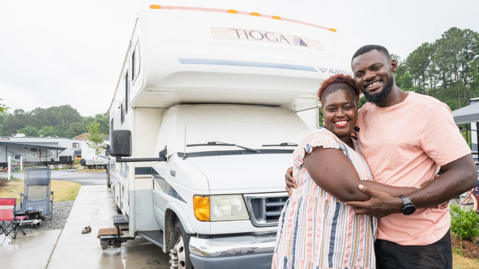 Bán nhà để ở trên xe di động, cặp vợ chồng có cuộc sống trải nghiệm ai cũng mơ ước còn mang về thu nhập 1,8 tỷ/năm - Ảnh 2.