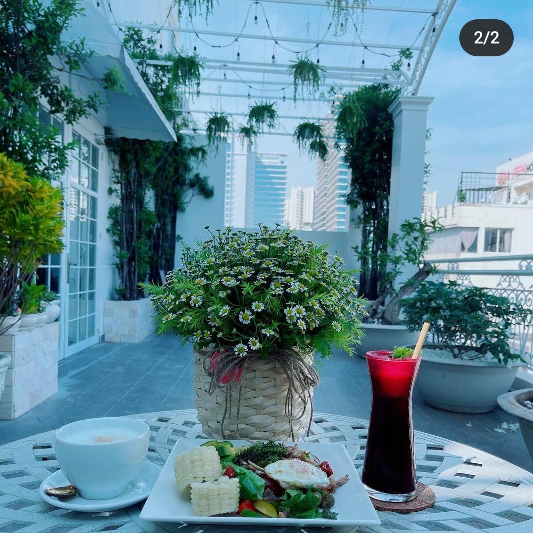 Ngắm ban công nhà Lý Nhã Kỳ mà phát mê: Rộng như sân vườn, đồ đạc tối giản mà lên ảnh đẹp như phim Hàn - Ảnh 1.