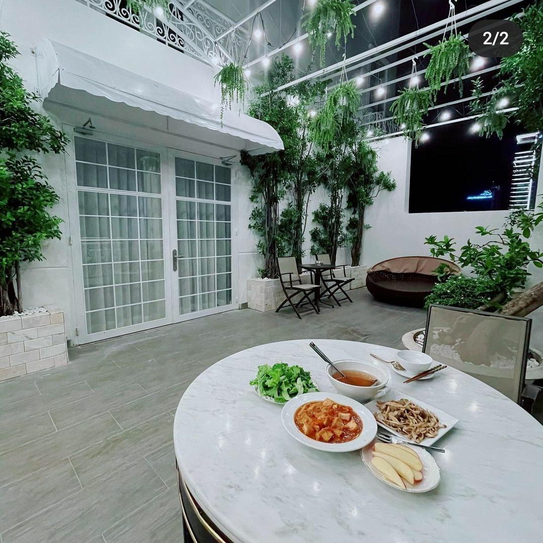 Ngắm ban công nhà Lý Nhã Kỳ mà phát mê: Rộng như sân vườn, đồ đạc tối giản mà lên ảnh đẹp như phim Hàn - Ảnh 3.