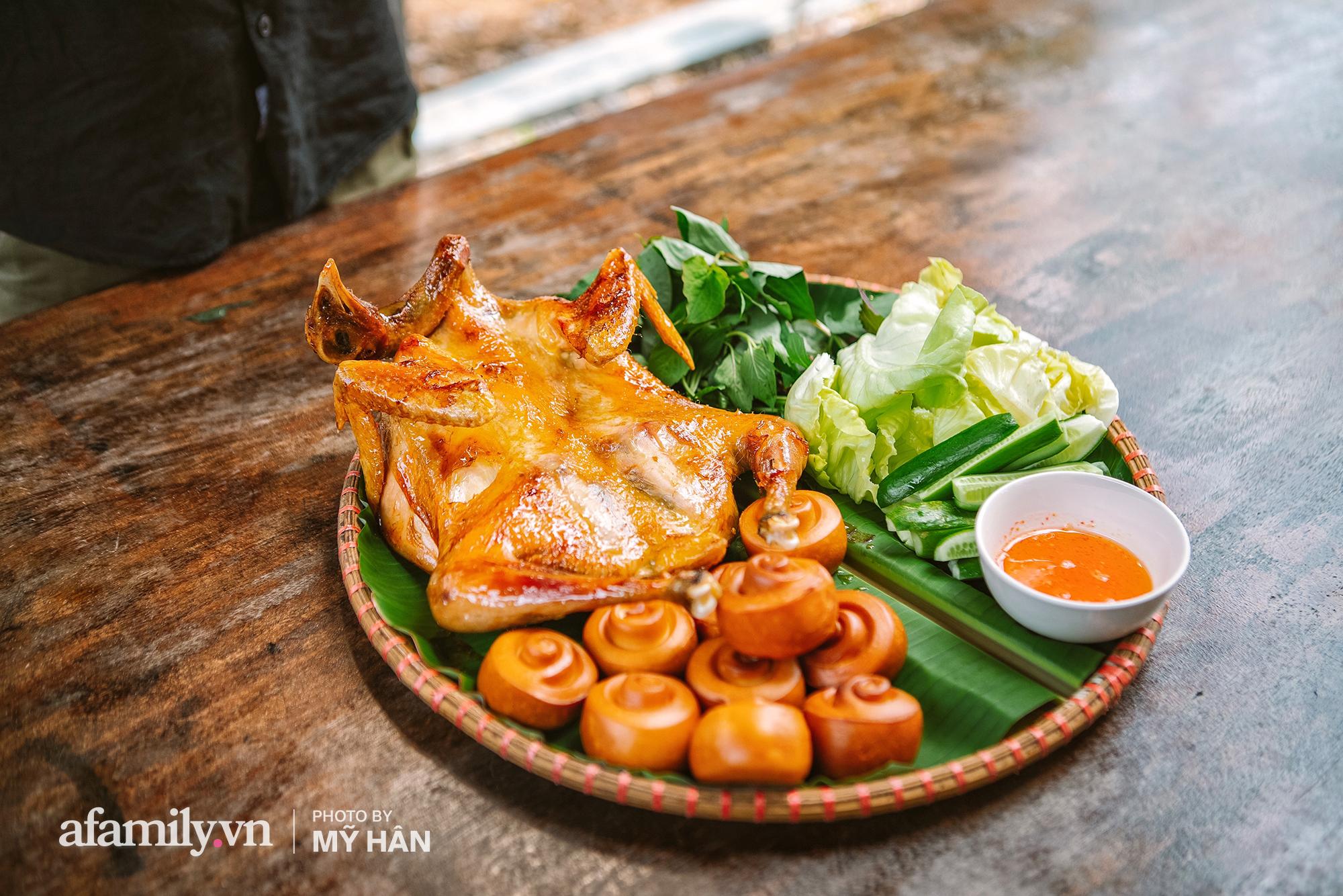 Chui vô vườn ăn GÀ QUAY bằng CHIẾC LU HƠN 100 NĂM tại Cần Thơ, món đặc sản ở miền Tây nhưng hot lên tới tận Sài Gòn! - Ảnh 12.