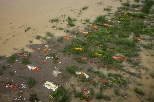 Thảm cảnh Covid-19 tại Ấn Độ ngay lúc này: Xác chết lộ ra khi nước dâng trên sông Hằng, cảnh tượng như trong phim xác sống - Ảnh 1.