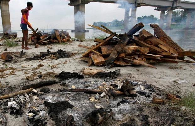 Thảm cảnh Covid-19 tại Ấn Độ ngay lúc này: Xác chết lộ ra khi nước dâng trên sông Hằng, cảnh tượng như trong phim xác sống - Ảnh 4.