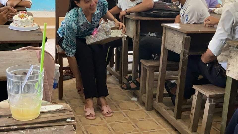Cô giáo giấu nước mắt khi tạm biệt đám học trò lớp 12 trong tiết học cuối cùng - Ảnh 4.