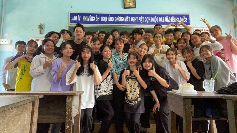 Cô giáo giấu nước mắt khi tạm biệt đám học trò lớp 12 trong tiết học cuối cùng - Ảnh 5.