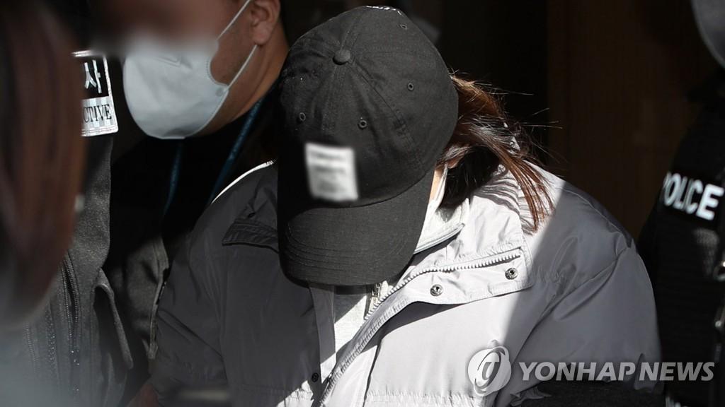 """Vụ bé gái bị bỏ đói đến chết rúng động Hàn Quốc: Người """"mẹ"""" bị kết án, sự thật kinh dị dần được phơi bày sau hàng loạt twist - Ảnh 2."""
