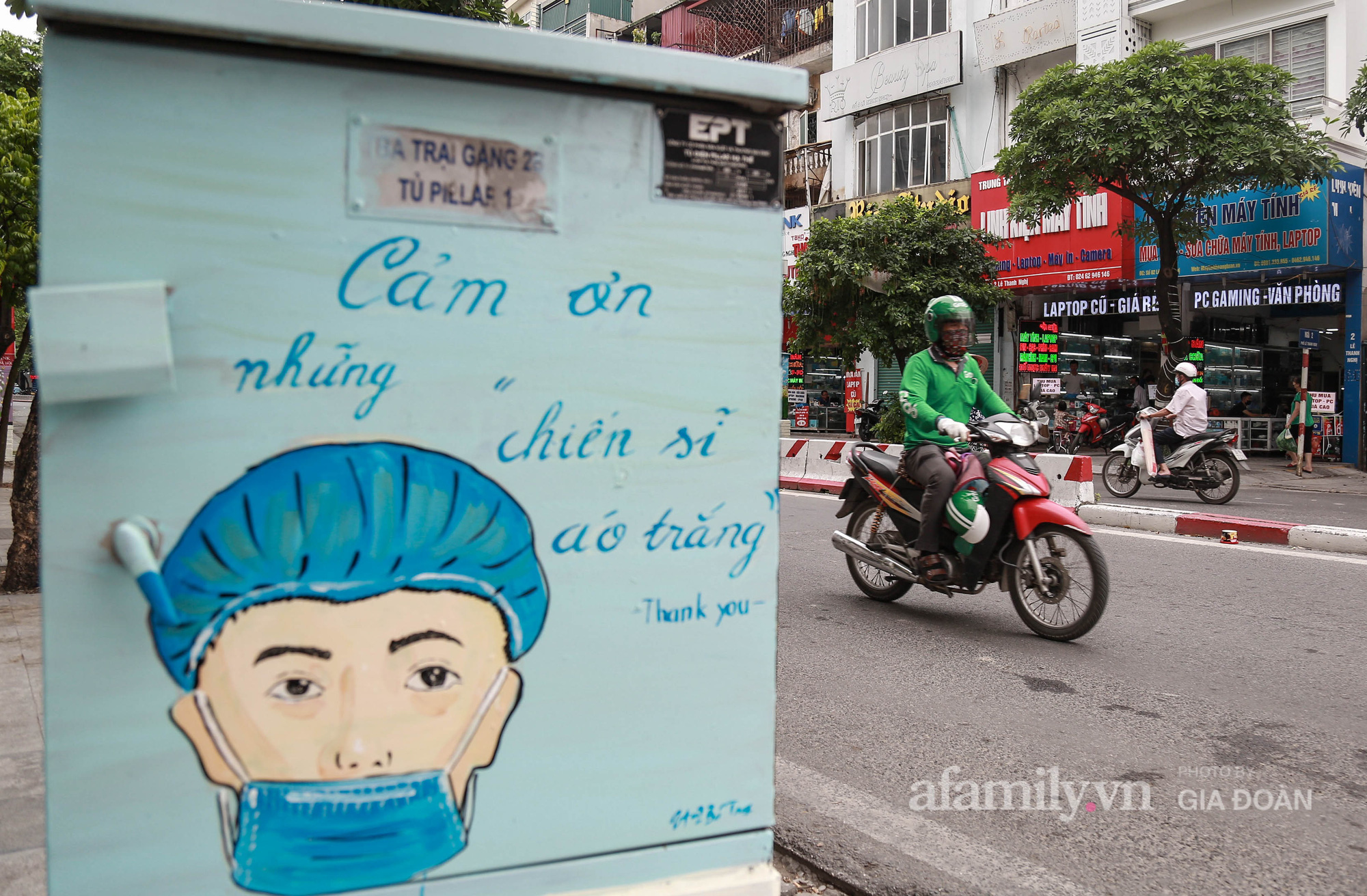 Hà Nội: Khi bốt điện biến thành những bức tranh cổ động đội ngũ y, bác sĩ chống dịch - Ảnh 2.