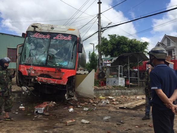 Clip kinh hoàng: Xe tải đổ dốc tông thẳng vào xe khách gây tai nạn liên hoàn, nhiều người thương vong - Ảnh 5.