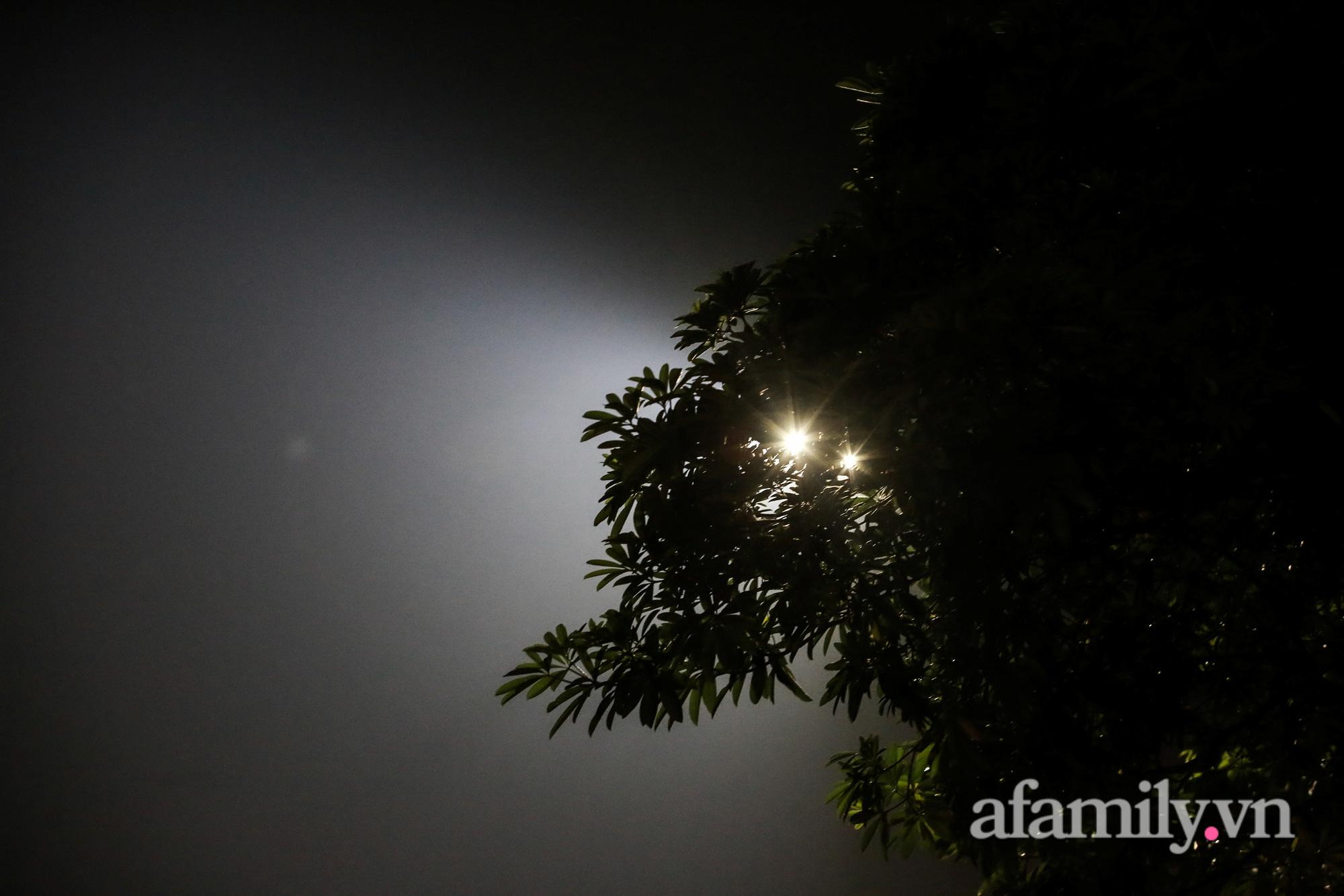 Bầu trời Hà Nội mù mịt giữa đêm khuya  - Ảnh 11.