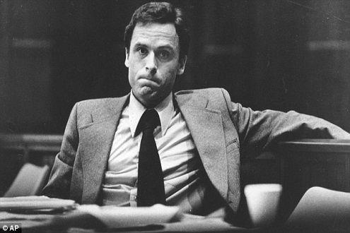 """Ted Bundy: Tuổi thơ cô đơn, bị bạo hành tạo ra """"con quỷ"""" giết người không gớm tay dưới vỏ bọc chàng sinh viên luật hào hoa, phong nhã - Ảnh 2."""