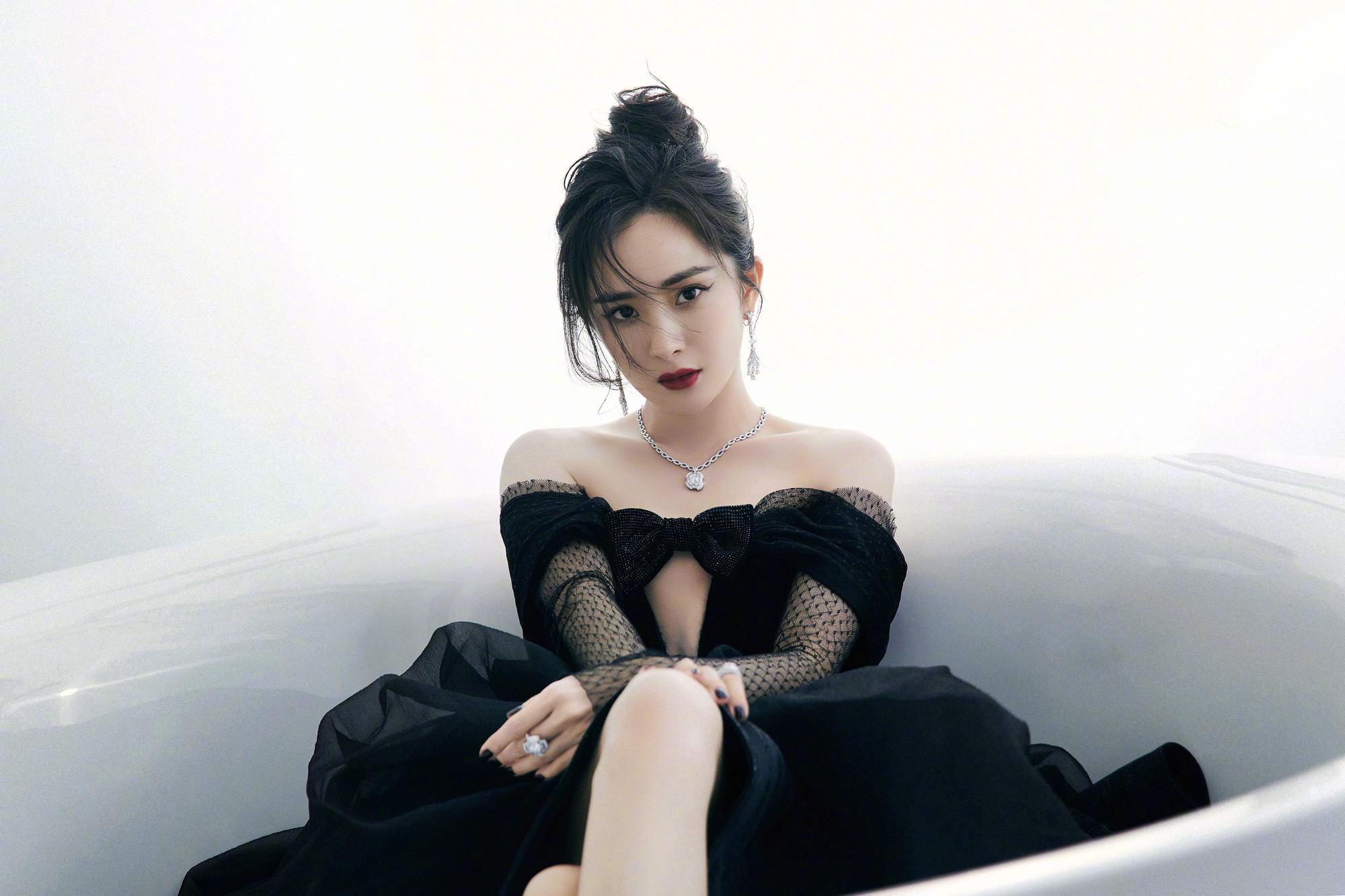 """Dương Mịch vừa dừ vừa bị dìm dáng """"cắt khúc"""" khi diện mẫu váy cắt xén táo bạo đi sự kiện - Ảnh 1."""