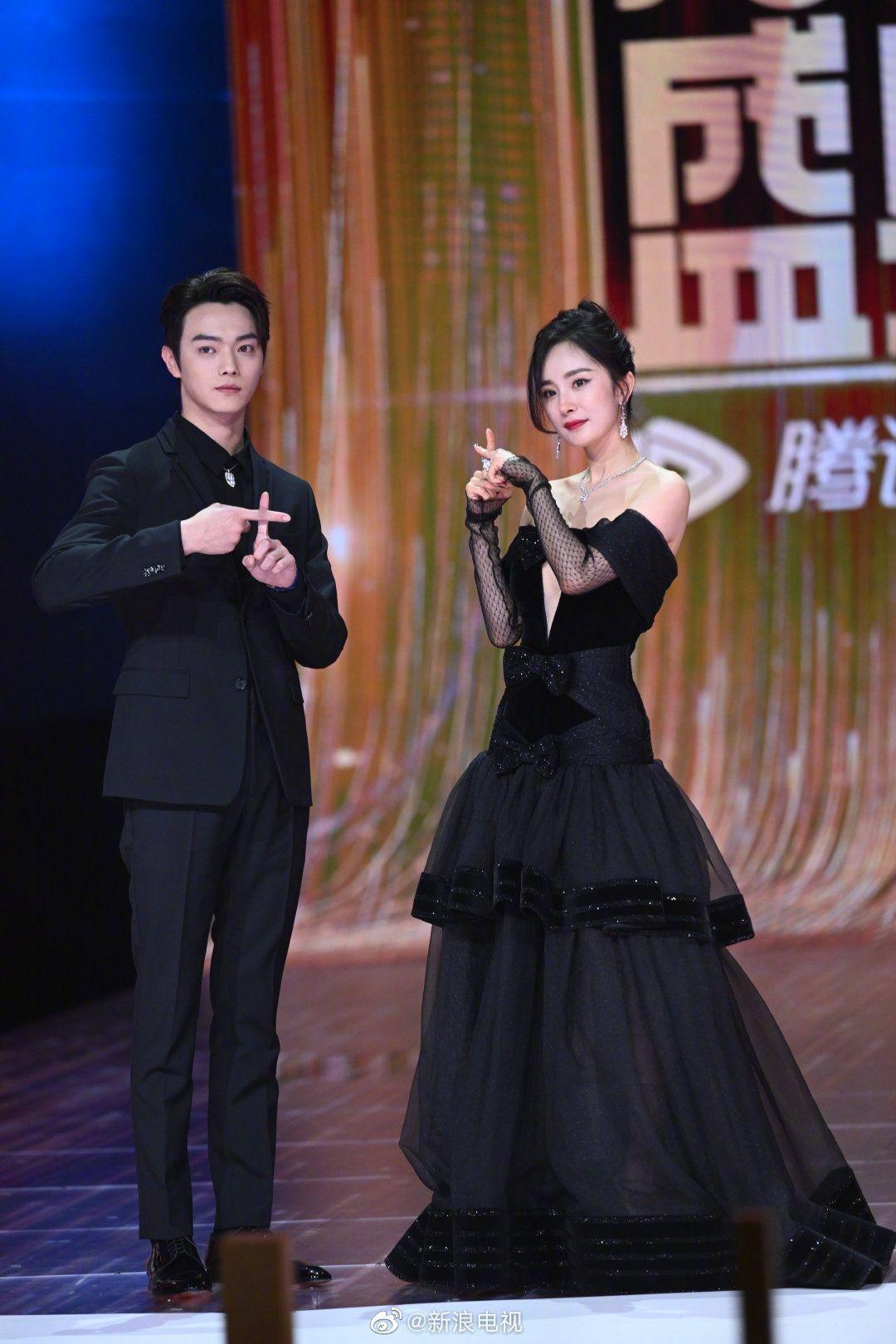 """Dương Mịch vừa dừ vừa bị dìm dáng """"cắt khúc"""" khi diện mẫu váy cắt xén táo bạo đi sự kiện - Ảnh 6."""
