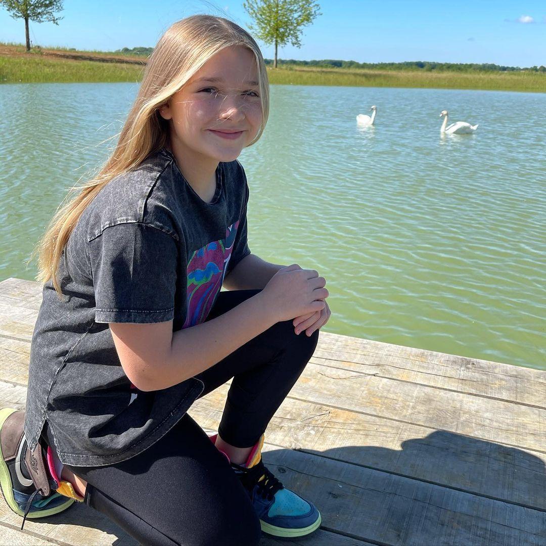 Cô út Harper Beckham sống ảo bên hồ thiên nga trong nhà nông thôn 195 tỷ, góc chụp dìm mà nhan sắc cân hết đỉnh ghê - Ảnh 2.