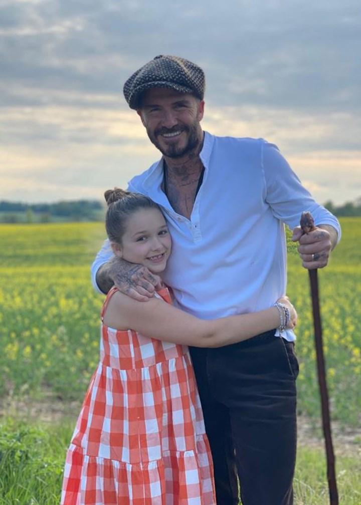 Cô út Harper Beckham sống ảo bên hồ thiên nga trong nhà nông thôn 195 tỷ, góc chụp dìm mà nhan sắc cân hết đỉnh ghê - Ảnh 4.