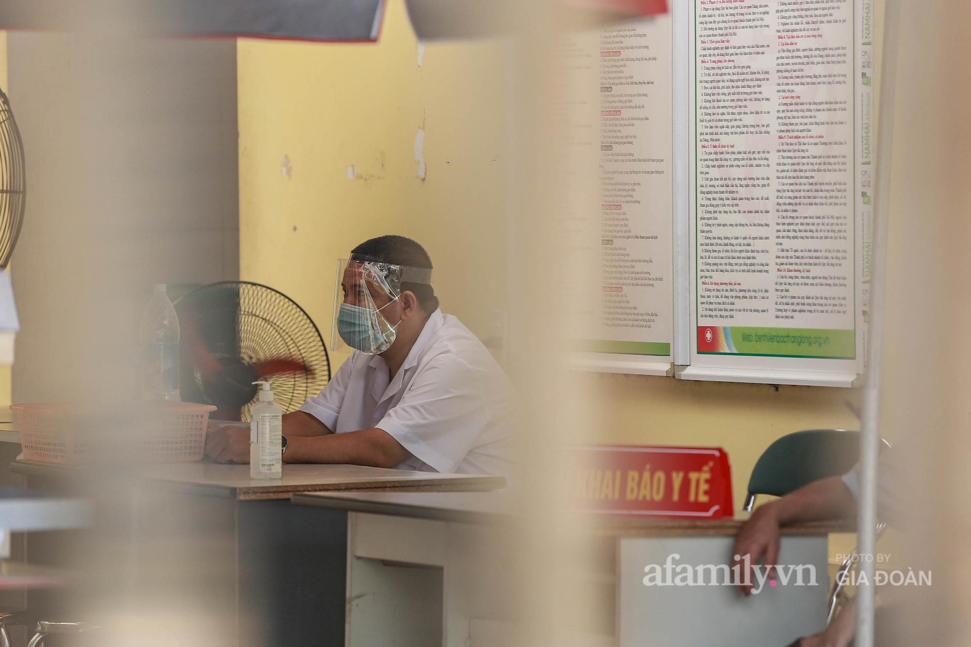 Bệnh viện Bắc Thăng Long tạm thời phong tỏa, dừng tiếp nhận bệnh nhân vì có liên quan đến người phụ nữ bán rau dương tính SARS-CoV-2 trong cộng đồng - Ảnh 4.