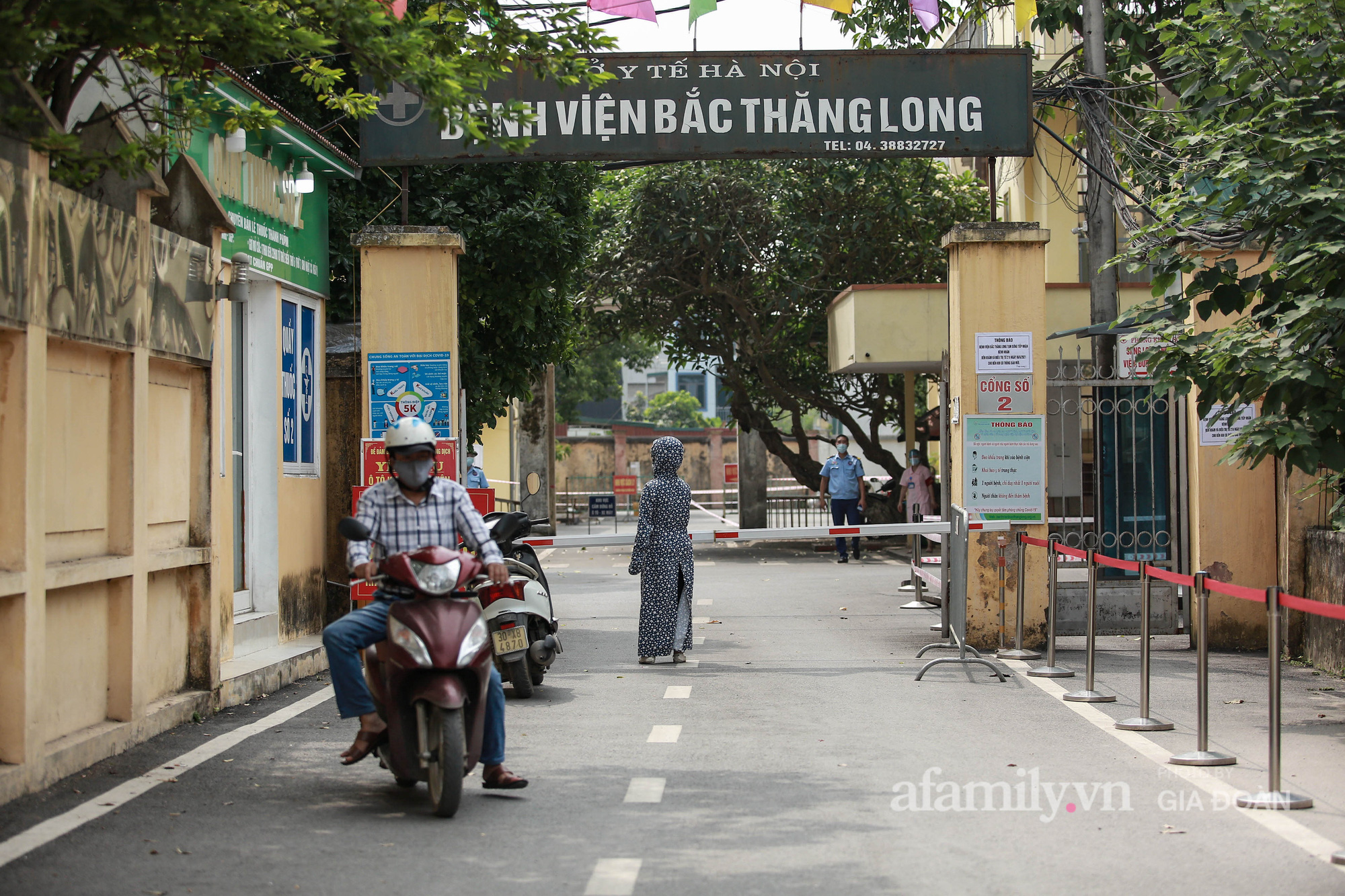 Bệnh viện Bắc Thăng Long tạm thời phong tỏa, dừng tiếp nhận bệnh nhân vì có liên quan đến người phụ nữ bán rau dương tính SARS-CoV-2 trong cộng đồng - Ảnh 6.