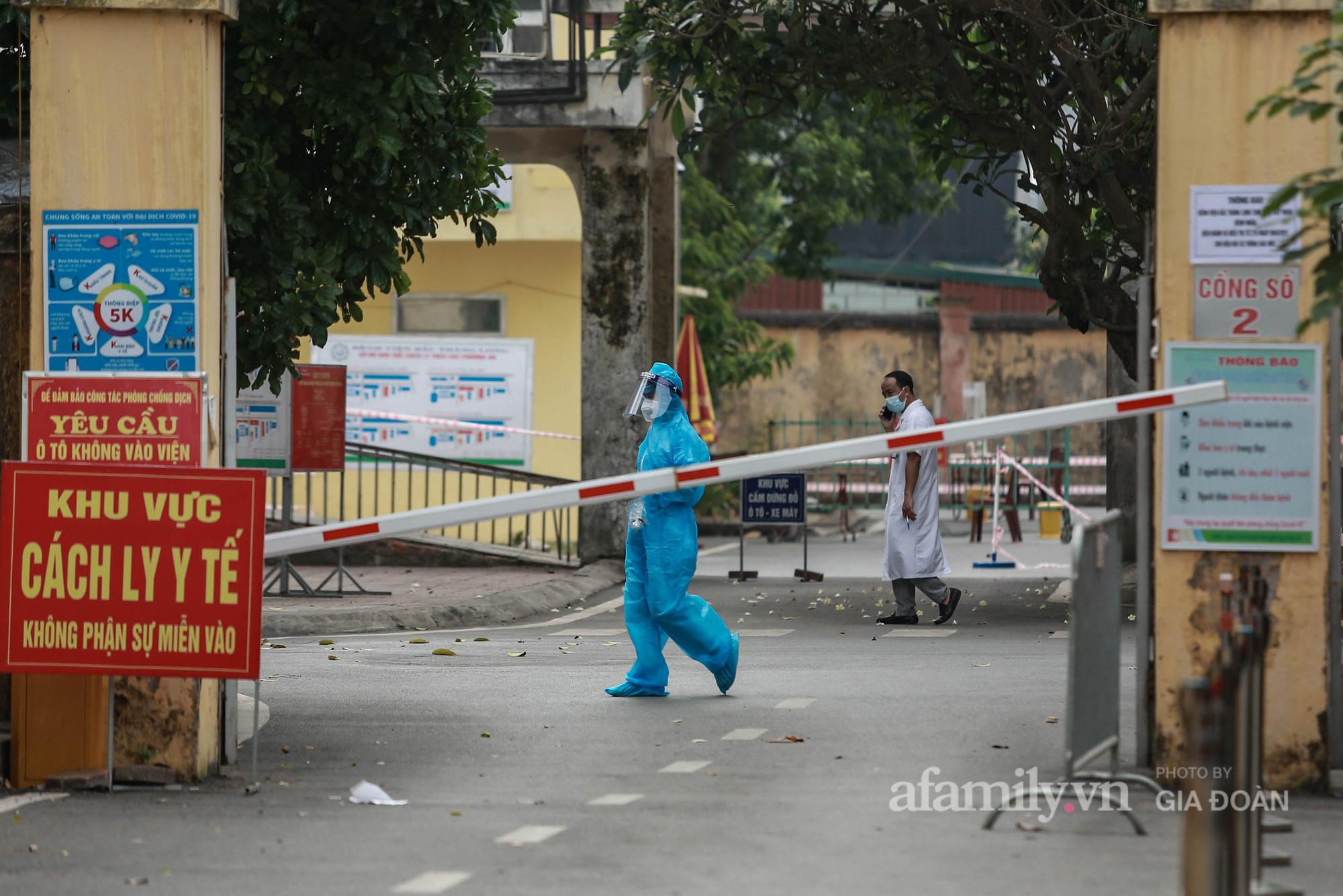 Bệnh viện Bắc Thăng Long tạm thời phong tỏa, dừng tiếp nhận bệnh nhân vì có liên quan đến người phụ nữ bán rau dương tính SARS-CoV-2 trong cộng đồng - Ảnh 7.