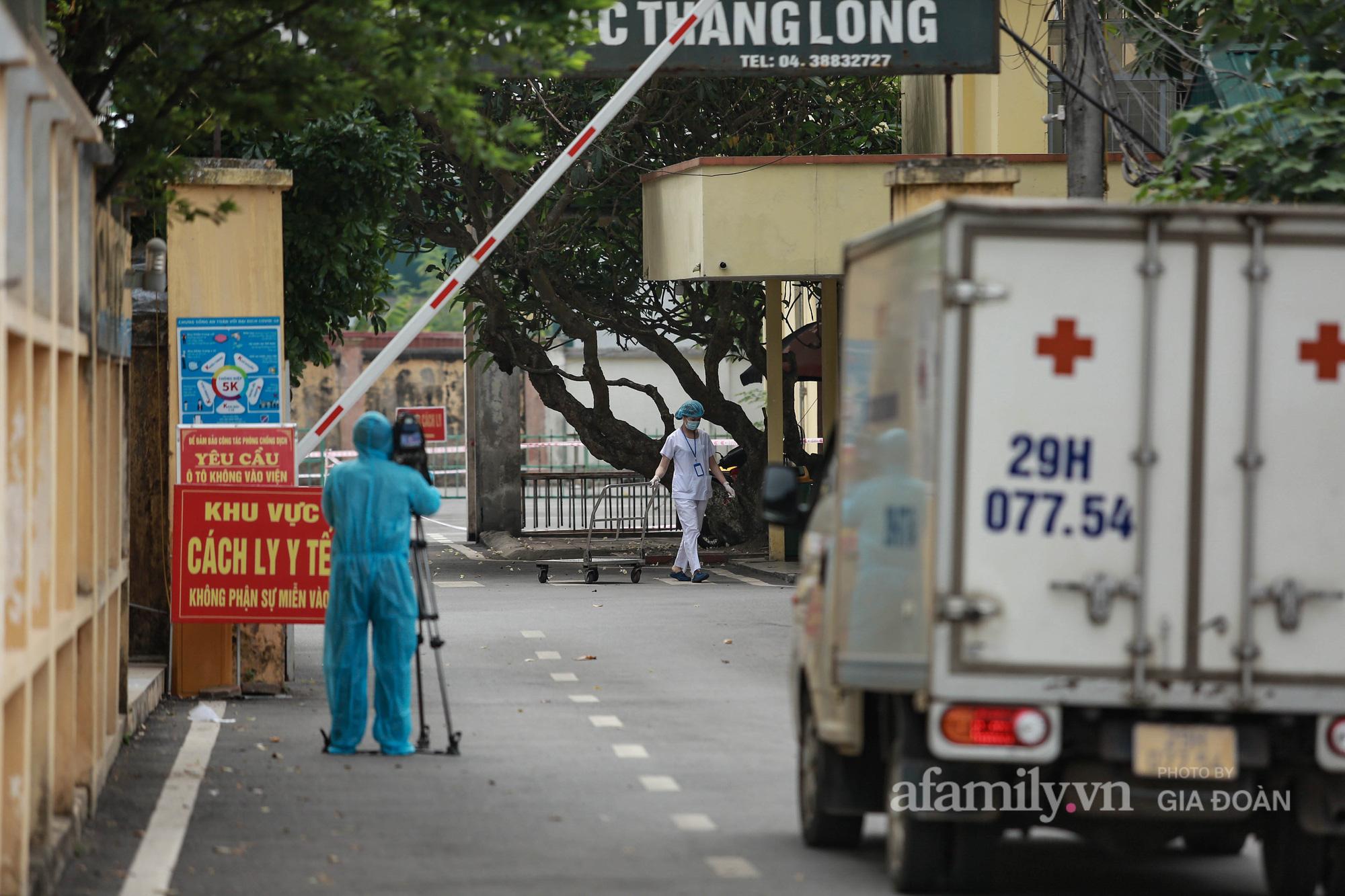 Bệnh viện Bắc Thăng Long tạm thời phong tỏa, dừng tiếp nhận bệnh nhân vì có liên quan đến người phụ nữ bán rau dương tính SARS-CoV-2 trong cộng đồng - Ảnh 9.