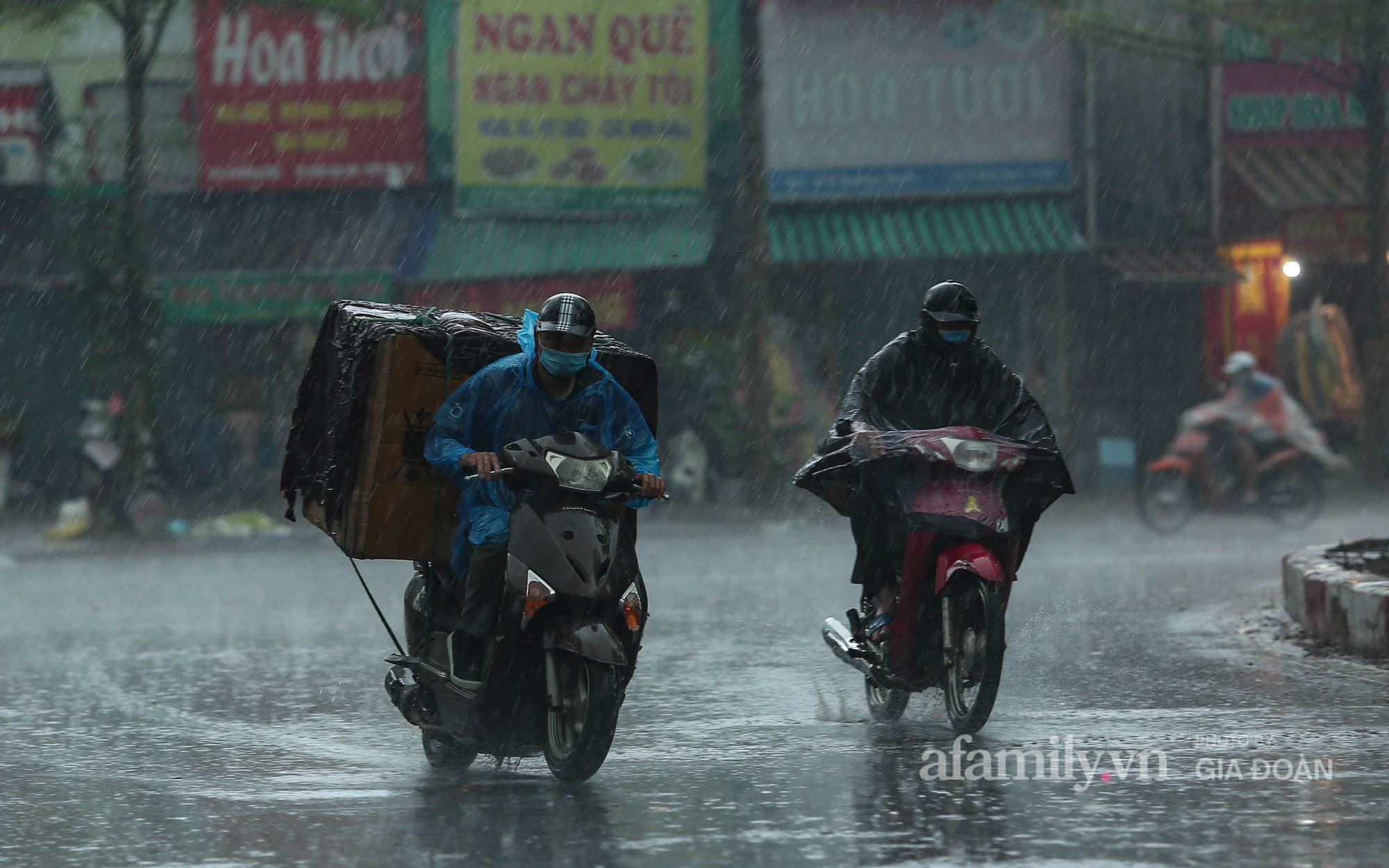 Người Hà Nội chật vật trong cơn mưa tầm tã ngày đầu tuần
