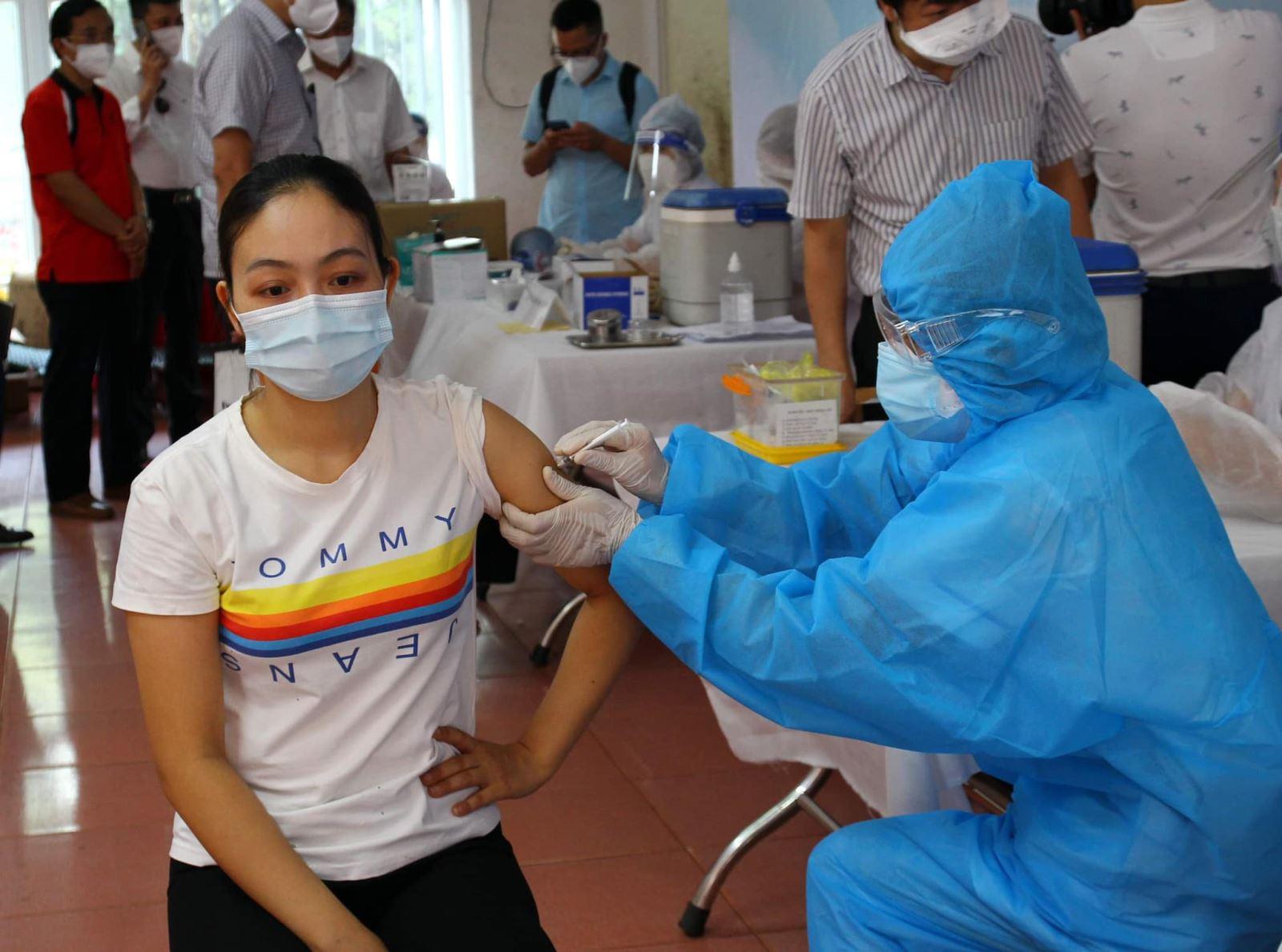 Vaccine COVID-19 bảo vệ người được tiêm như thế nào? - Ảnh 1.