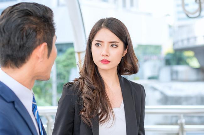 """Vợ đang ở công ty thì nhận được cuộc điện thoại """"động trời"""" từ chồng, song cuộc gặp mặt tại tòa án sau đó mới khiến anh ta phải """"lặng người"""" - Ảnh 1."""