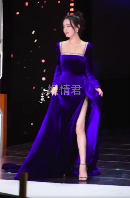 Địch Lệ Nhiệt Ba đi sự kiện mặc váy lòi hết xương cổ, đáng chú ý là cảnh suýt lộ hàng phải dùng tay che - Ảnh 2.