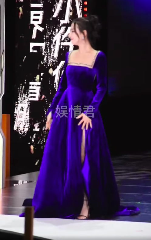 Địch Lệ Nhiệt Ba đi sự kiện mặc váy lòi hết xương cổ, đáng chú ý là cảnh suýt lộ hàng phải dùng tay che - Ảnh 3.