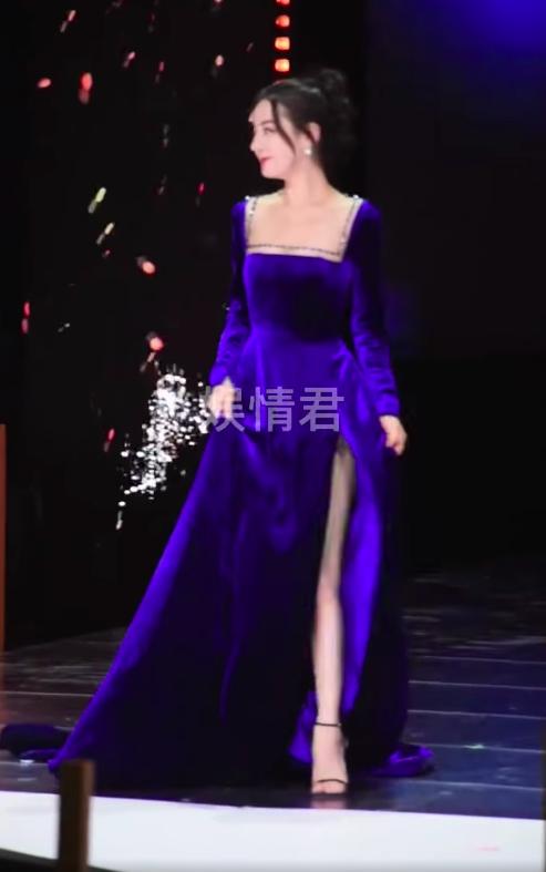 Địch Lệ Nhiệt Ba đi sự kiện mặc váy lòi hết xương cổ, đáng chú ý là cảnh suýt lộ hàng phải dùng tay che - Ảnh 1.